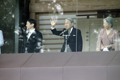 Japanese Emperor in 2011 waving to crowd